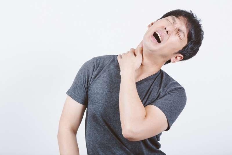 如果脖子腫脹處,按壓起來疑似有硬塊,可千萬不可掉以輕心!(示意圖非本人/pakutaso)