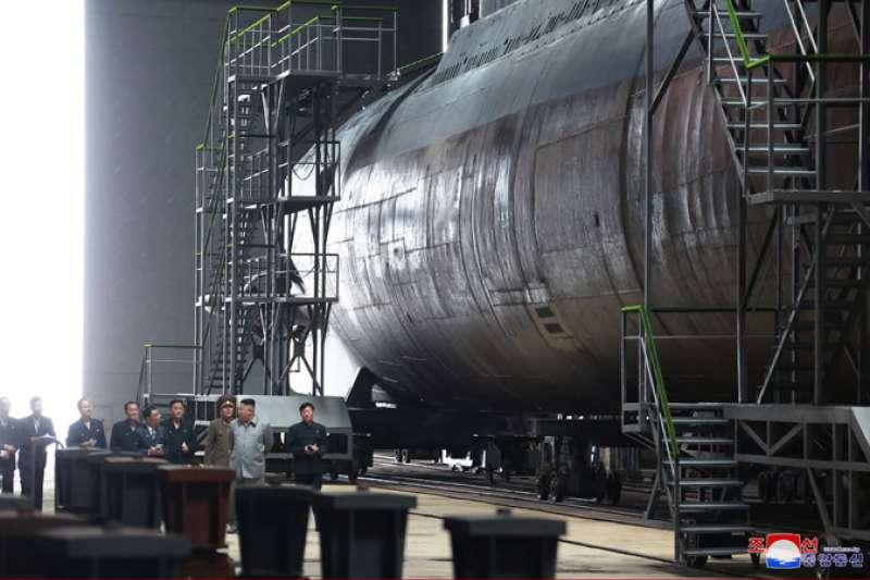 2019年7月23日,朝鮮勞動黨委員長、國務委員會委員長、武裝力量最高司令官金正恩視察了新建造的潛艦(朝中社)