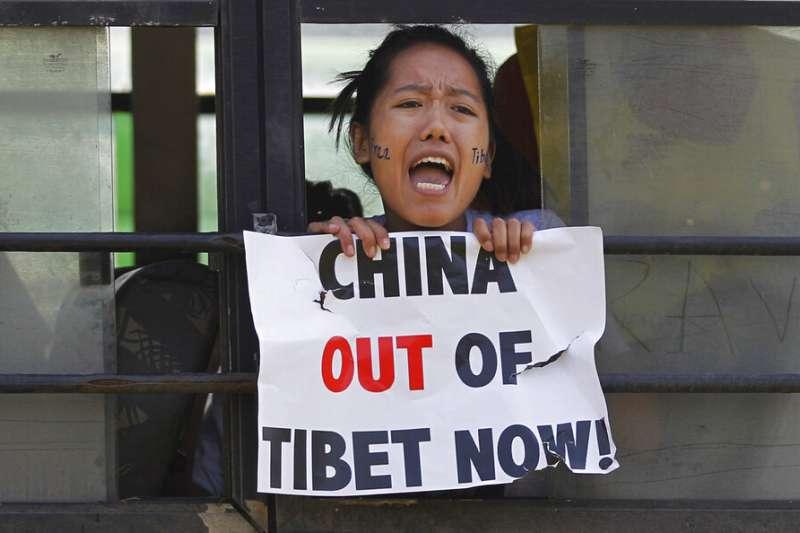 流亡藏人在印度新德里抗議,高呼中國立刻滾出西藏。(美聯社)