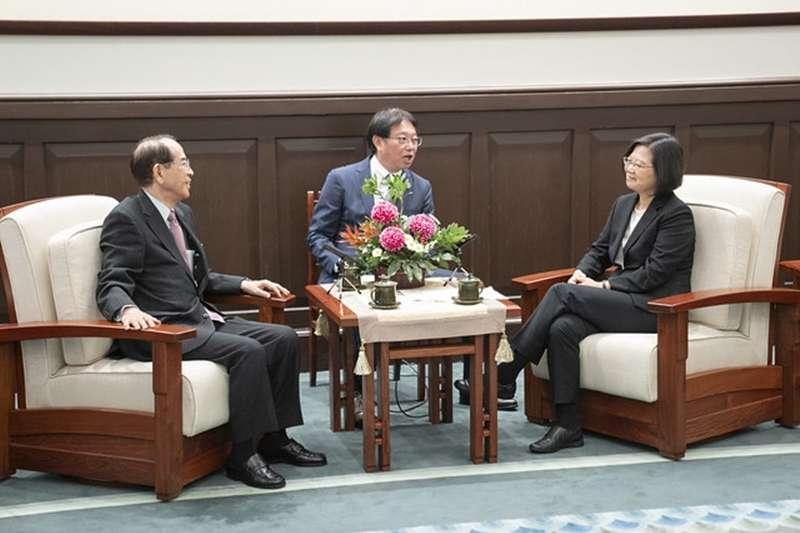 總統蔡英文(右)24日接見日本台灣交流協會會長大橋光夫(左)。(總統府提供)