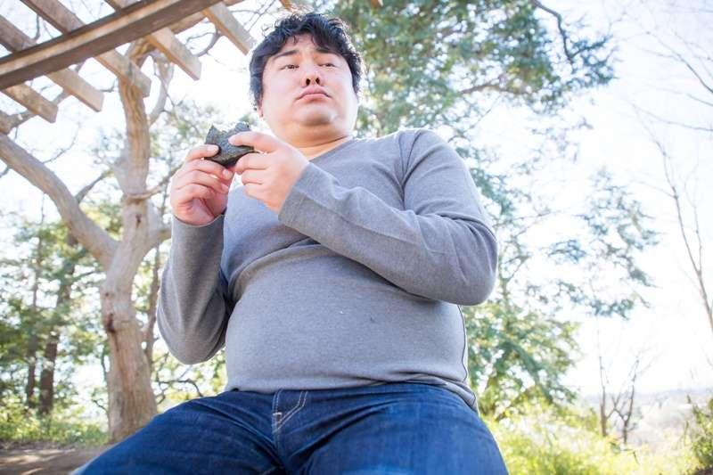 每當用餐之後,脂肪儲存到一定的量, 白色脂肪與棕色脂肪就會開始製造瘦素。(圖/段田隼人@pakutaso)