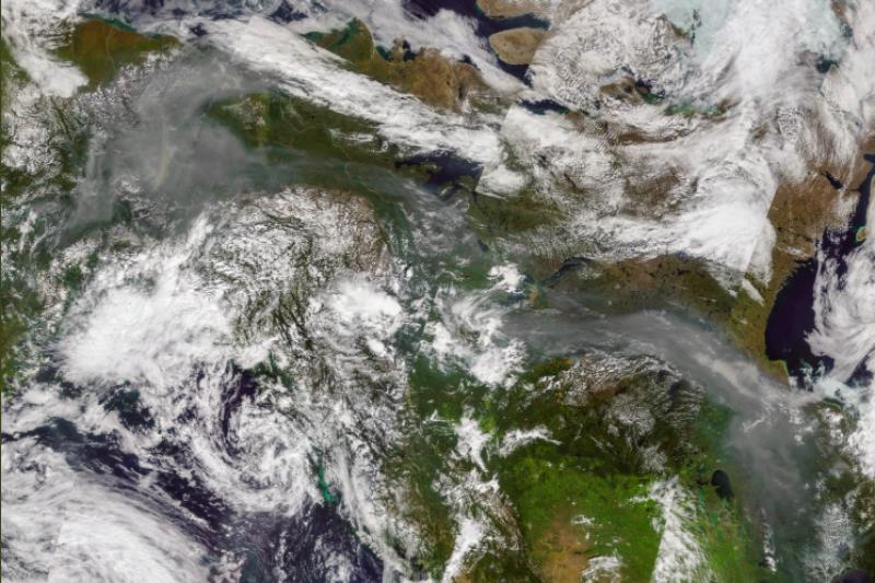 北極圈多處近日遭野火肆虐,排放大量二氧化碳進大氣之中,恐加劇全球暖化(截自Pierre Markuse推特)