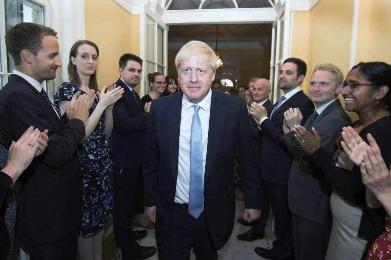 英國新首相強森(中)正式走馬上任,並大幅改組內閣人事。(美聯社)