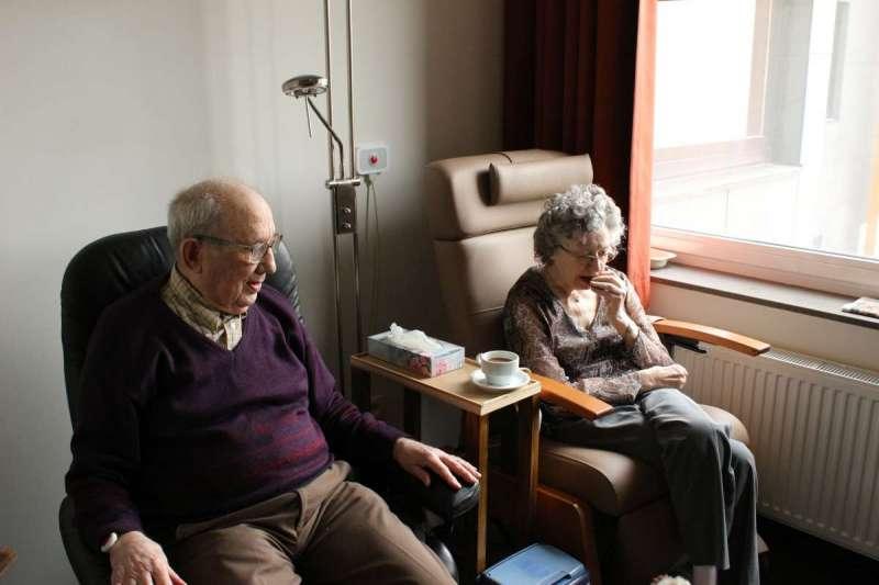 老年人蛋白質攝取量若有不足,易患肌少症,連帶引發老年失能問題(圖/Unsplash)