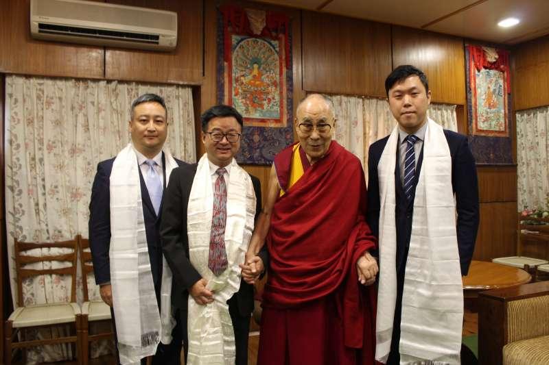 20190725-訪民進黨秘書長羅文嘉(左二)赴印度,和西藏精神領袖達賴喇嘛(右二)會面。(取自李問臉書)