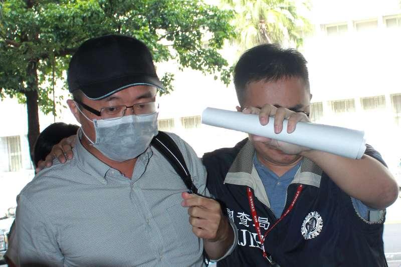 檢調偵辦國安局人員涉嫌利用總統出訪勤務走私菸品案,華航免稅品小組長黃川禎(左)被約談。國安局走私菸案。(新新聞侯柏青攝)