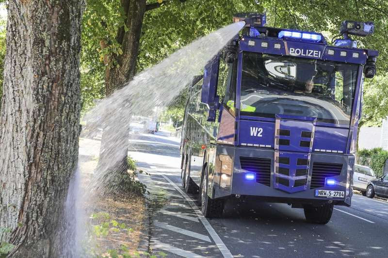 熱浪侵襲歐洲,各國屢創歷史高溫紀錄。圖為德國政府替行道樹澆水。(AP)