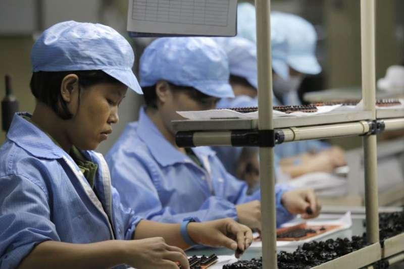 中美貿易戰,中國工人在中國南方的一家科技工廠工作。(美聯社)