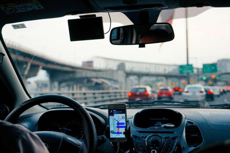 作者指出,Uber 與Lyft 之戰,猶如新力量經濟中的可口可樂與百事可樂之戰。
