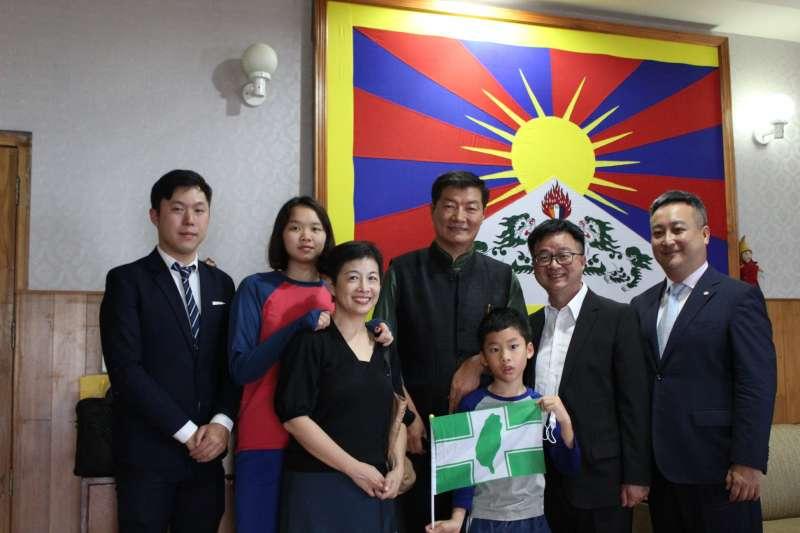 民進黨秘書長上周赴印度,會面西藏流亡政府總理洛桑森格。(取自羅文嘉臉書)
