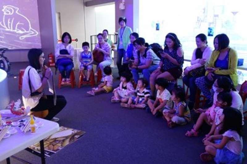 館內的導覽志工提供解說,透過寓教於樂的方式讓學童認識台中在地文化。(圖/台中市政府提供)