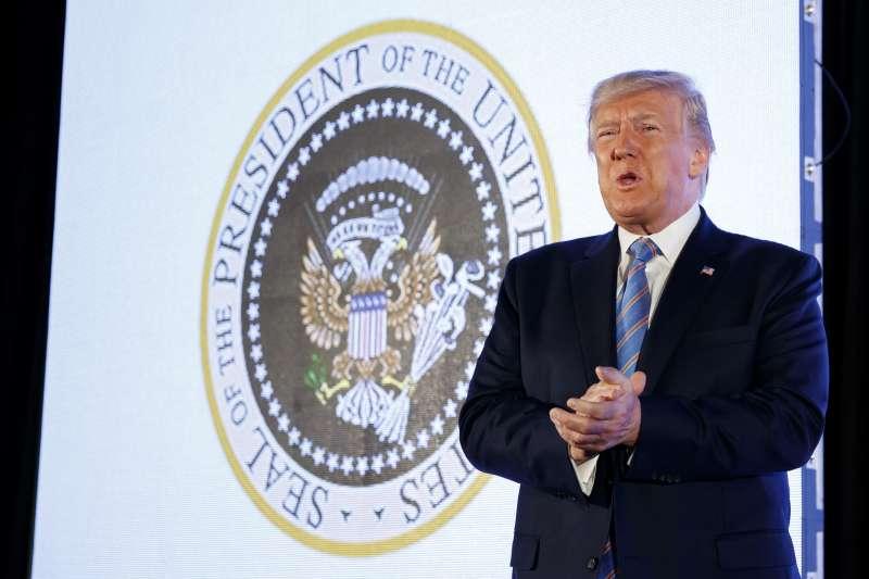 2019年7月,美國總統川普出席一場保守派活動,身後卻出現俄羅斯國徽(AP)