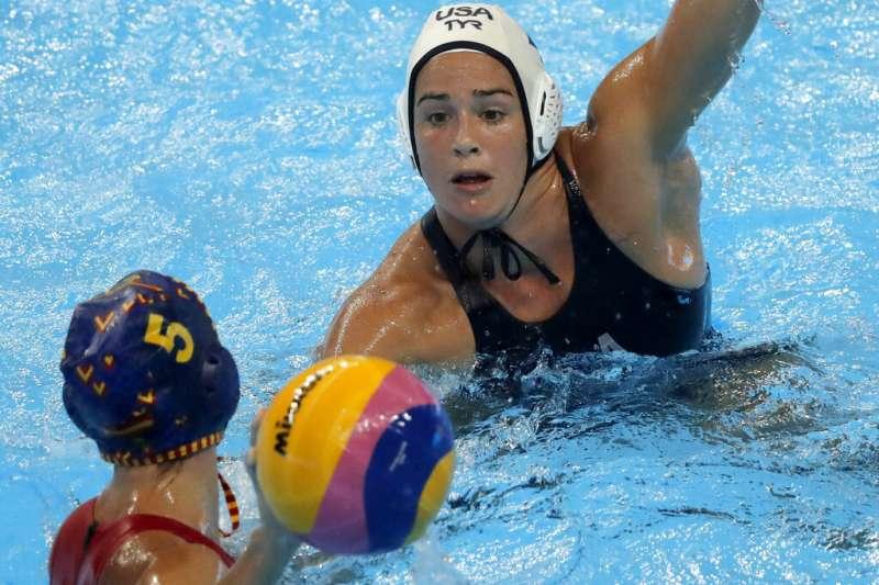 2019年7月26日,南韓光州世界游泳錦標賽上,美國女子水球隊員與西班牙選手爭奪冠軍。(AP)