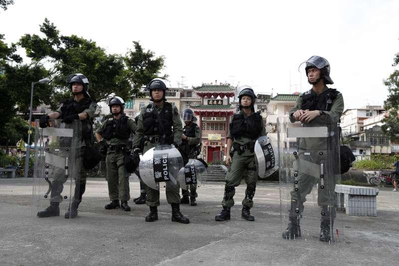 2019年7月27日,香港「反送中」運動,市民發起「光復元朗」遊行,警方嚴密監控(AP)