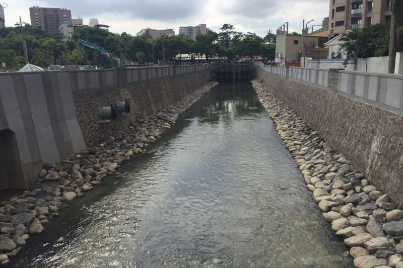 高雄市議員27日赴高雄地檢署按鈴申告,指控因十全滯洪池工程延宕、水閘門未開等緣故釀719水災。(高雄市政府提供)