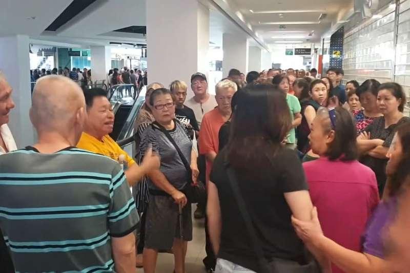 2019年7月,新加坡民眾搶購華為特價手機,猶如台灣「499之亂」翻版(YouTube)