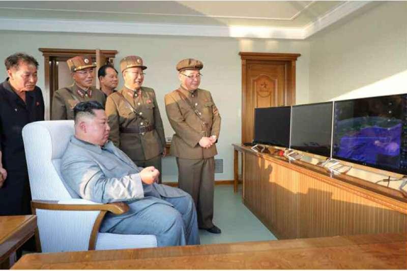 北韓領導人金正恩25日親自視察「新型戰術制導武器」的發射工作。(勞動新聞)