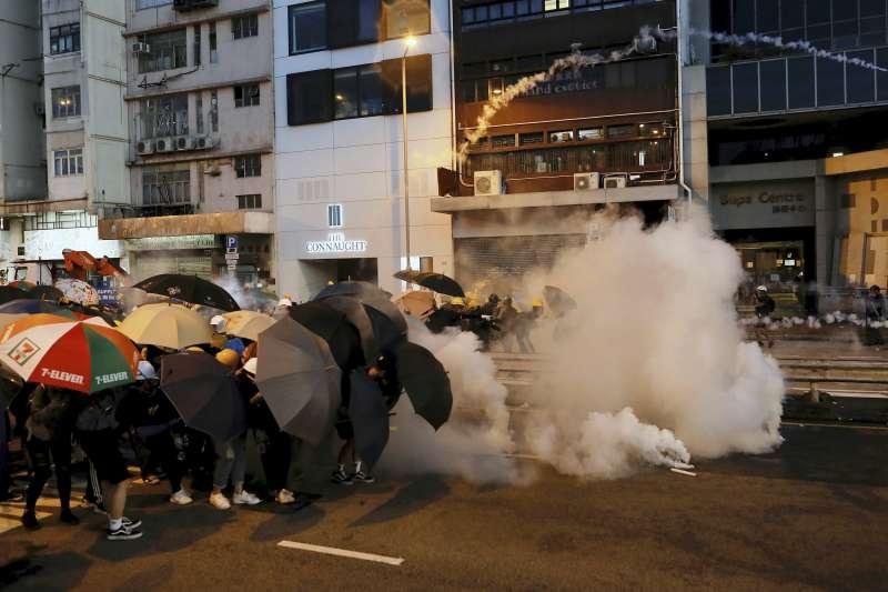 2019年7月28日香港反送中,公民團體發起「全城追究上環開槍大遊行」,警方以催淚瓦斯彈清場。(資料照,美聯社)