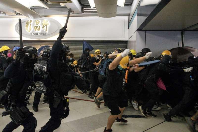 2019年香港示威浪潮中,支持示威者一方指警察故意拖延前往現場的速度,容許路人被襲擊,但警方否認說法。(AP)