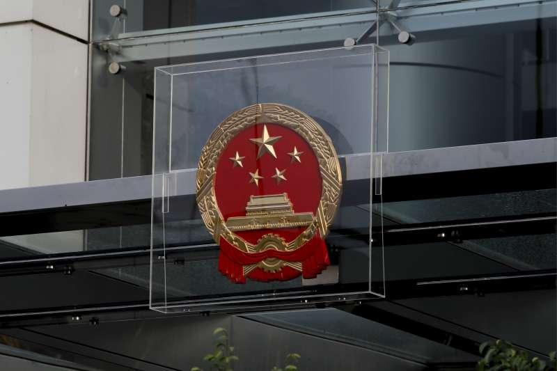 香港中聯辦的中國國徽裝上防護罩(AP)