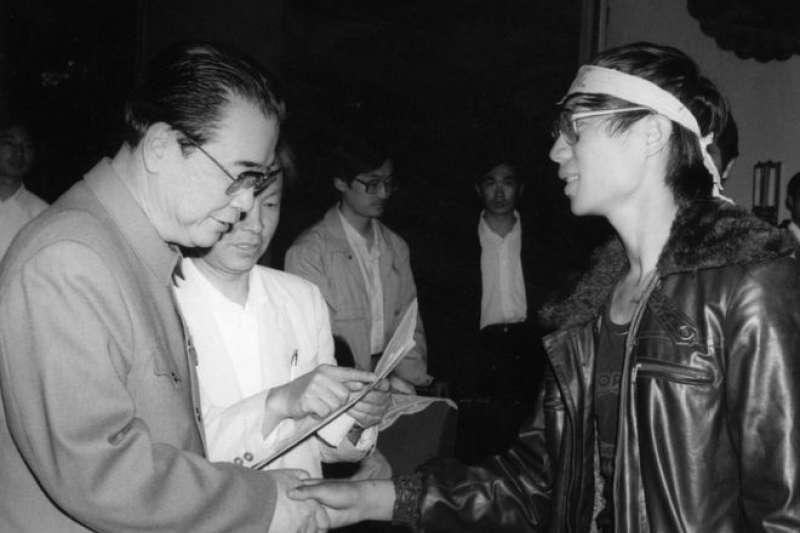 李鵬(左)與八九學運領袖之一王丹(右)握手。(BBC中文網)