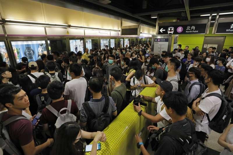 反送中:香港民眾在地鐵發起不合作運動(AP)