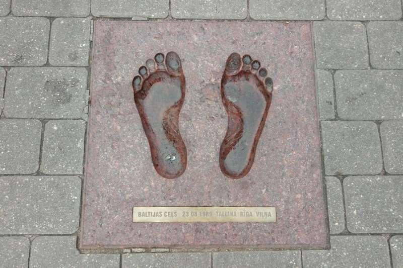 里加老城廣場的地磚,刻著波海之鏈的腳印。(圖/謝幸吟提供)