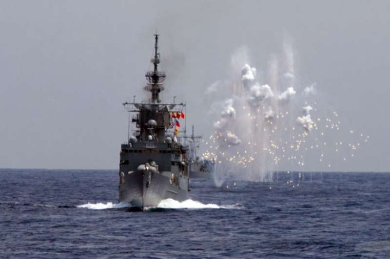 2019年5月22日台灣海空聯合操演,海軍艦船模擬飛彈來襲。(美國之音)