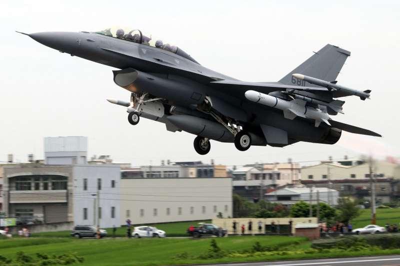 20190730-圖為今年漢光演習實兵演練期間,F-16V戰機在戰備道上完成再戰整備後緊急起飛身影,機翼下掛載的就有魚叉飛彈。(蘇仲泓攝)