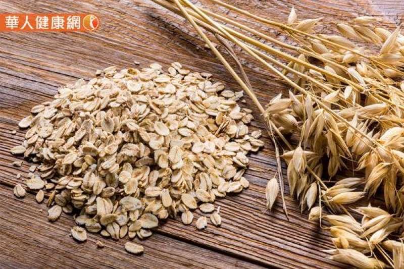 從營養學角度來分析,燕麥含有豐富的β-聚葡萄糖、膳食纖維,適度食用確實有促進腸道蠕動,輔助降低膽固醇、穩定血糖,不讓血糖在進食後快速飆升,提升飽足感的好處。(圖/華人健康網提供)
