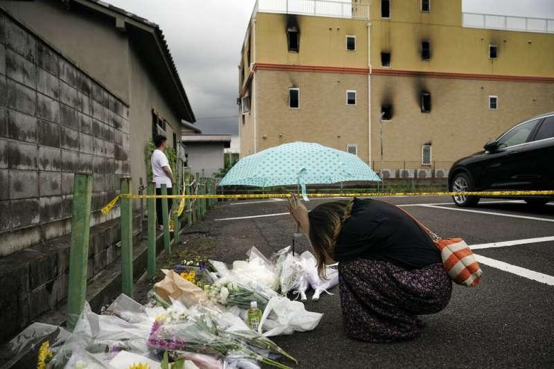 京都動畫第一工作室18日遭人惡意縱火,許多動漫迷與民眾事後都趕到現場哀悼追思。(美聯社)