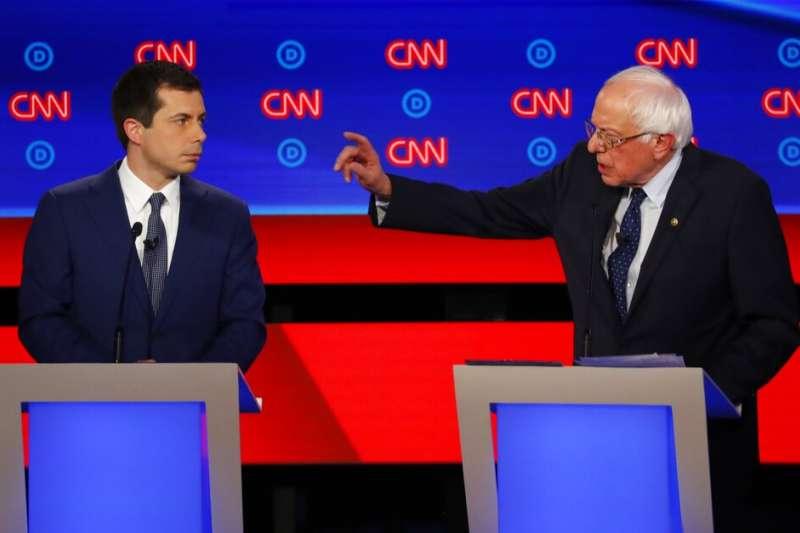 2019年7月30日,美國民主黨總統初選辯論,佛蒙特州聯邦參議員桑德斯與印第安那州南本德市長布德賈吉針鋒相對。(AP)