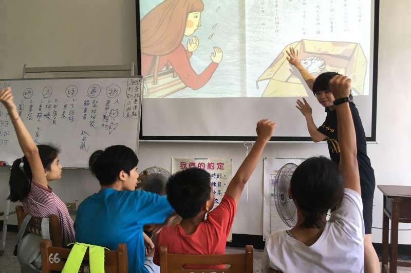 台灣師範大學推動「Passion偏鄉教育學程」,帶隊至花蓮偏鄉國中進行暑期課業輔導。(師大提供)