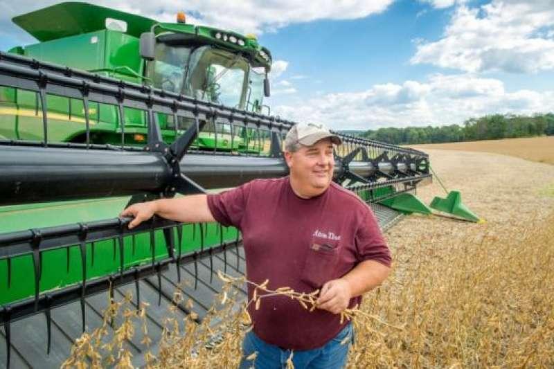 貿易戰開始後,美國大豆出口量大幅下跌,價格也跌至10年來的最低點,這給中西部的農戶造成巨大損失。