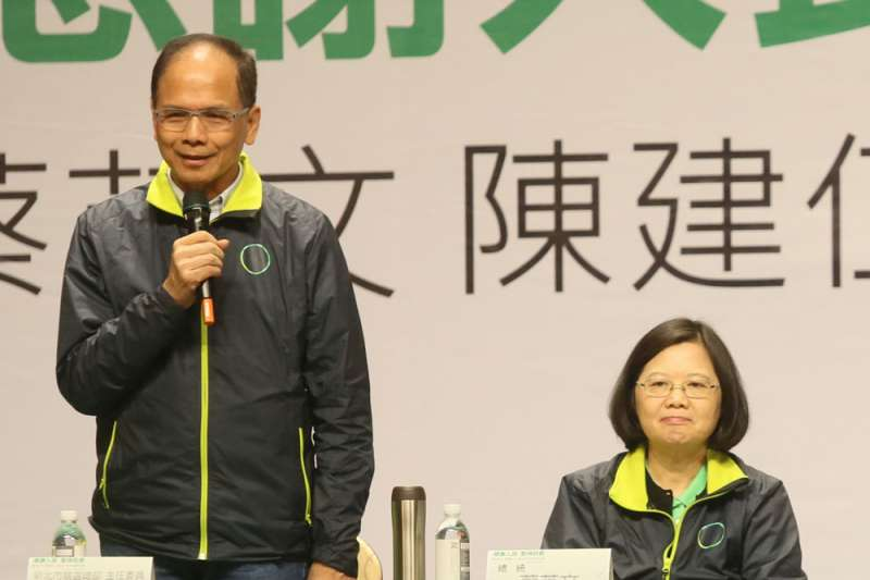 民進黨明(13)日擬通過不分區立委提名名單,據了解,游錫堃(左)擬排在民進黨力守的第14名邊緣席次。(資料照,柯承惠攝)