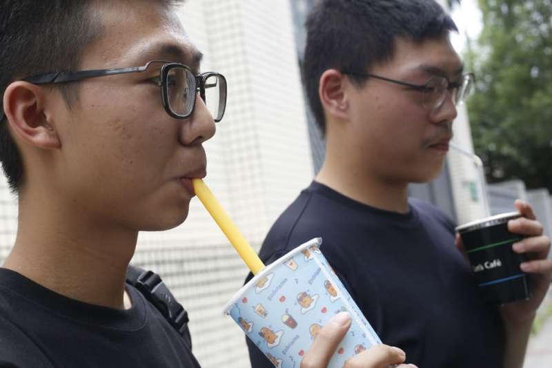 今年7月起,內用餐飲禁用塑膠吸管的環保新規已正式上路。(郭晉瑋攝)