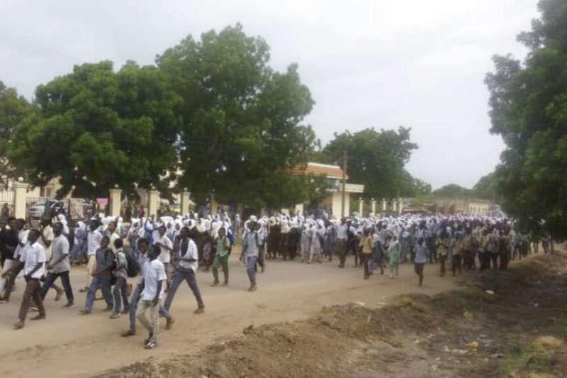 2019年7月30日,成千上萬蘇丹學生上街怒吼「罷課直到終結暴力!」(AP)