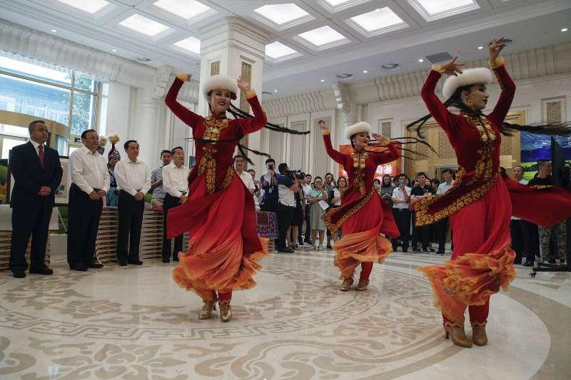 中國新疆維吾爾人表演歌舞(AP)