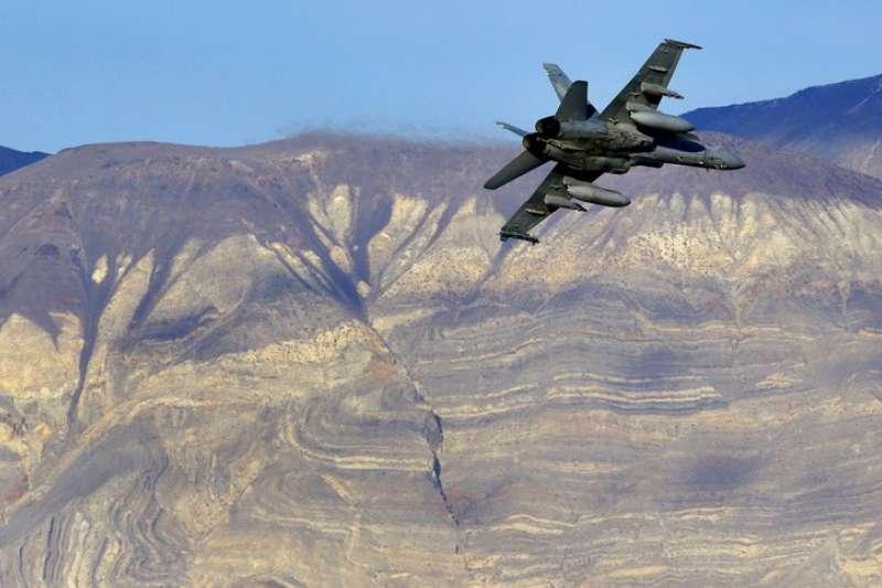 美國F-18大黃蜂戰機意外墜毀死亡谷。(AP)