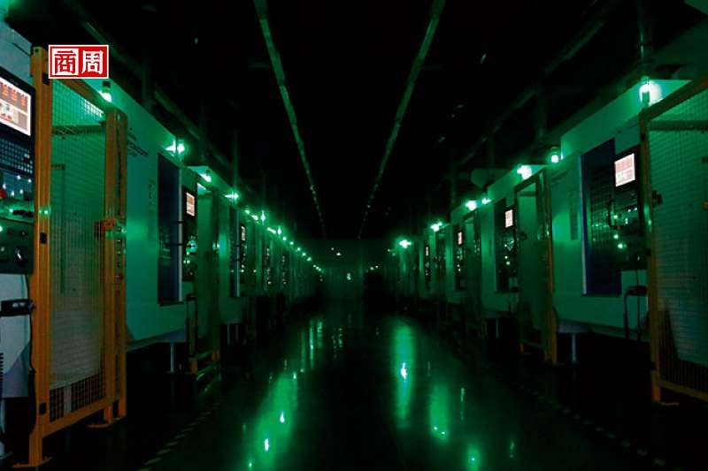 走進關燈鴻海工廠,裡面沒有人,只有點點綠光。