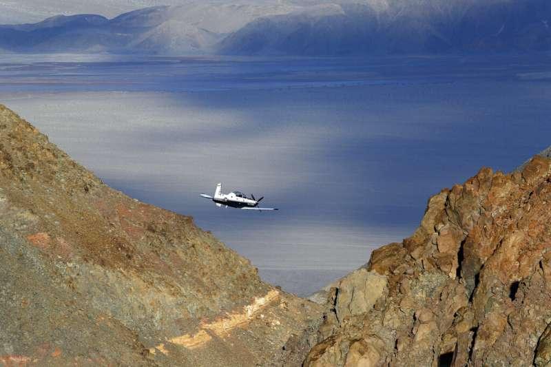 美國一架海軍戰機於當地時間7月31日墜毀加州死亡谷國家公園,7名遊客受到輕傷,飛行員下落不明,至今生死未卜。(AP)