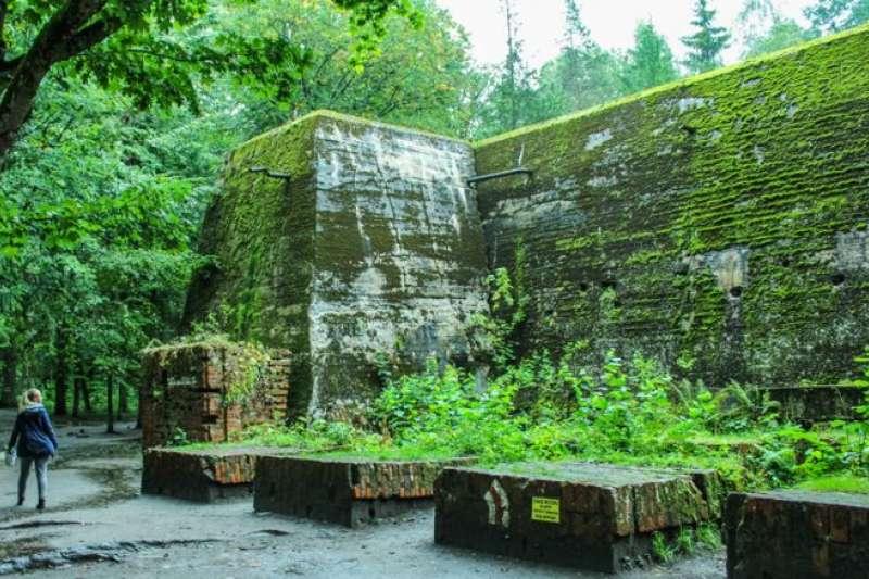 這個由厚重鋼筋水泥建成的指揮部,雖然經納粹拆除毀壞,但仍有相當建築物保留了下來。(BBC中文網)