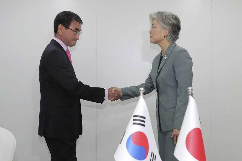 日韓貿易戰越演越烈,韓國外長康京和(右)1日與日本外相河野太郎(左)在曼谷舉行會談。(AP)。