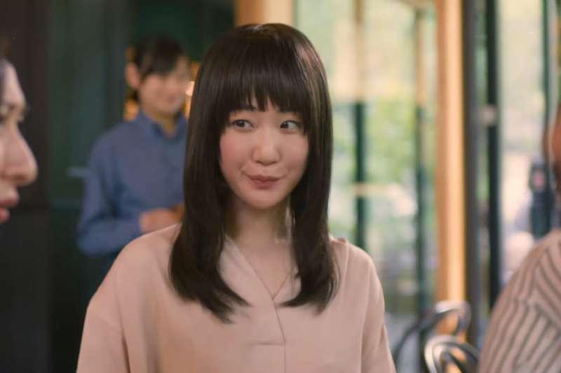 大島凪是一位很會「讀空氣」的28歲上班族,總是察言觀色周遭反應,努力找出最「合適」的方式應對。(圖/ KKTV @youtube)