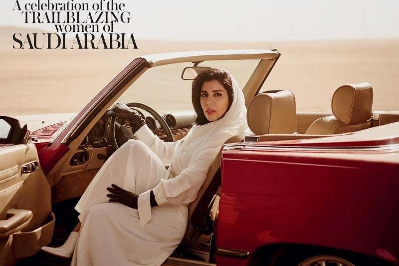 開車禁令解除後,沙國公主海法替時尚雜誌拍攝封面。(翻攝 IG/voguearabia )