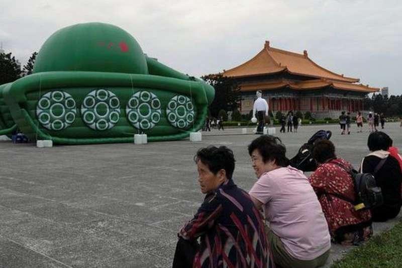 在台北旅遊景點的中國大陸遊客。(BBC中文網)