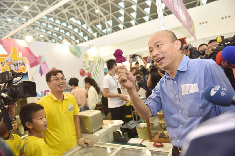 高雄市長韓國瑜今(2)日下午到高雄展覽館出席「首屆網紅直播大展」,並接受網紅直播提問。(高雄市政府提供)
