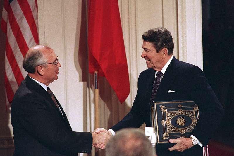 雷根任內簽署「八一七公報」。圖為1987年,美國總統雷根與蘇聯領導人戈巴契夫簽署《中程飛彈條約》成為冷戰和解里程碑。(AP)
