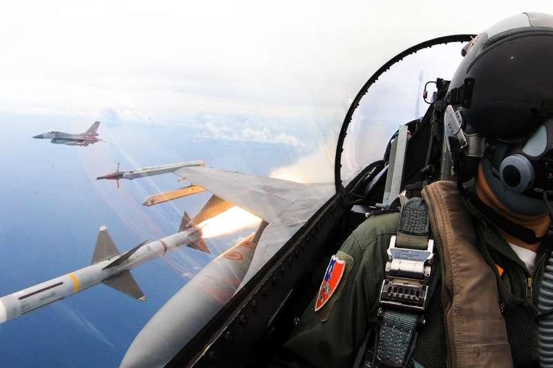 平日訓練成果,海、空軍連日在屏東九鵬基地及東部外海進行年度例行性操演。圖為空射麻雀飛彈。(國防部提供)