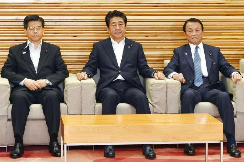 2019年8月2日,日本將南韓踢出貿易優待白名單外,左起為國土交通大臣石井啟一、首相安倍晉三、內閣總理大臣麻生太郎。(AP)